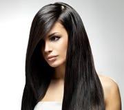 Härlig kvinna med långt rakt hår Fotografering för Bildbyråer
