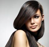 Härlig kvinna med långt rakt hår Royaltyfri Fotografi