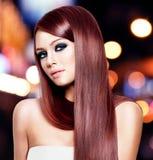 Härlig kvinna med långt rakt hår royaltyfria bilder