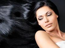 Härlig kvinna med långt rakt hår arkivfoton