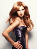 Härlig kvinna med långt rakt rött hår royaltyfri fotografi