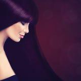 Härlig kvinna med långt sunt purpurfärgat hår arkivfoto