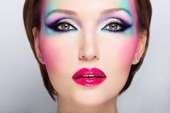 Härlig kvinna med ljus makeup för mode Fotografering för Bildbyråer