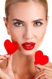Härlig kvinna med ljus makeup och röd hjärta royaltyfri fotografi