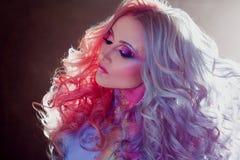 Härlig kvinna med ljust hår Ljus hårfärg, frisyr med krullning royaltyfri fotografi