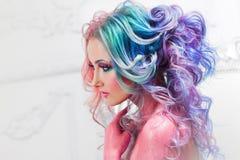 Härlig kvinna med ljust hår Ljus hårfärg, frisyr med krullning fotografering för bildbyråer