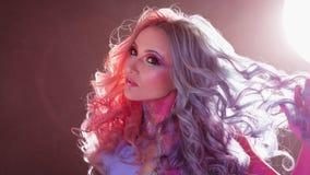 Härlig kvinna med ljust hår Ljus hårfärg, frisyr med krullning royaltyfri foto