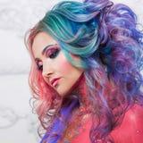 Härlig kvinna med ljust hår Ljus hårfärg, frisyr med krullning royaltyfria foton