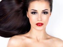 Härlig kvinna med long rakt brunt hår Royaltyfri Bild