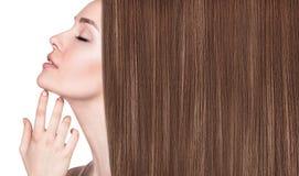 Härlig kvinna med lyxigt långt brunt hår arkivfoton