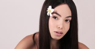 Härlig kvinna med mörkt hår och naturlig blick Royaltyfria Bilder