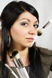 Härlig kvinna med makeupborstar Royaltyfri Bild