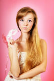 Härlig kvinna med maskeringen på rosa bakgrund royaltyfria bilder