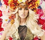 Härlig kvinna med massor av färgrika blommor Royaltyfri Bild