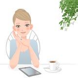 Härlig kvinna med minnestavladatoren på kafét vektor illustrationer