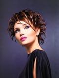Härlig kvinna med modefrisyren och rosa färgmakeup Fotografering för Bildbyråer