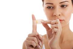 Härlig kvinna med murbruk på hennes finger. Royaltyfria Bilder