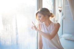 Härlig kvinna med ny daglig makeup och royaltyfri fotografi