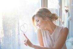 Härlig kvinna med ny daglig makeup och royaltyfri foto
