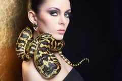 Härlig kvinna med ormen arkivfoton