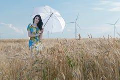 Härlig kvinna med paraplyet i rågen Royaltyfria Foton