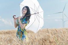 Härlig kvinna med paraplyet i rågen Royaltyfria Bilder