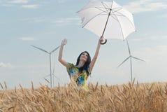 Härlig kvinna med paraplyet i rågen Arkivbilder