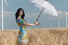 Härlig kvinna med paraplyet i rågen Arkivfoto