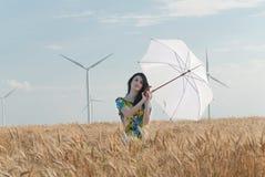 Härlig kvinna med paraplyet i rågen Fotografering för Bildbyråer