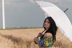 Härlig kvinna med paraplyet i rågen Royaltyfri Fotografi