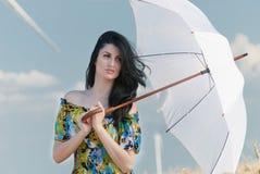 Härlig kvinna med paraplyet i rågen Royaltyfri Bild