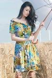 Härlig kvinna med paraplyet i rågen Arkivfoton