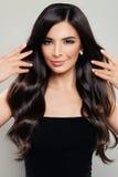 Härlig kvinna med perfekt brunt hår och makeup arkivbilder