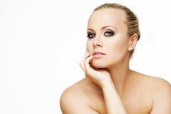 Härlig kvinna med perfekt hud och blont hår. Royaltyfri Fotografi