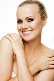 Härlig kvinna med perfekt hud och blont hår. Arkivbilder