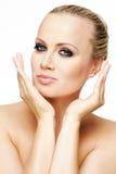 Härlig kvinna med perfekt hud och blont hår. Arkivfoto