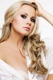 Härlig kvinna med perfekt hud och blont hår. Arkivbild
