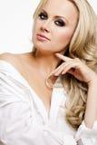 Härlig kvinna med perfekt hud och blont hår. Arkivfoton