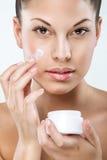 Härlig kvinna med prickfri hud, ansiktsbehandling, hydration royaltyfria foton
