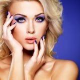 Härlig kvinna med purpurfärgad manikyr för skönhet och makeup av ögon. Royaltyfri Bild