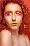 Härlig kvinna med rött hår och ljus makeup arkivbild