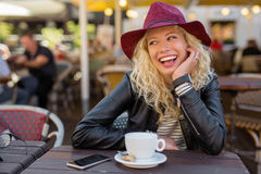 Härlig kvinna med rött skratta för hatt royaltyfria foton