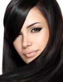 Härlig kvinna med rakt hår Arkivfoto