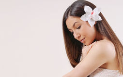 Härlig kvinna med ren hud och starkt sunt ljust hår Arkivbilder