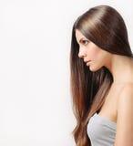 Härlig kvinna med ren hud och starkt sunt ljust hår Arkivfoto