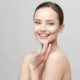 Härlig kvinna med ren ny hud Arkivfoto