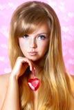 Härlig kvinna med rosa hjärta royaltyfri foto