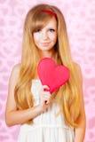 Härlig kvinna med rosa hjärta arkivfoton