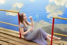 Härlig kvinna med såpbubblor Royaltyfri Foto