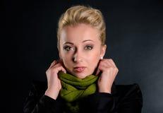 Härlig kvinna med scarfen Royaltyfria Bilder
